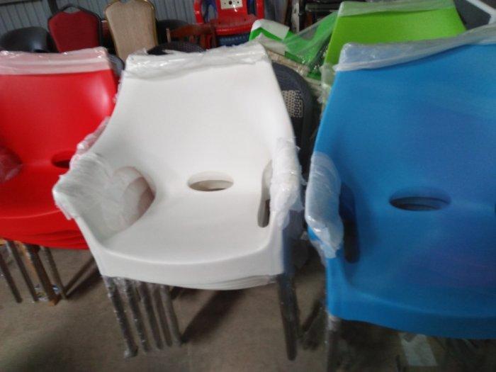 Ghế nhựa đúc nhiều màu,mẫu mã đa dạng hòa hợp với mọi không gian0