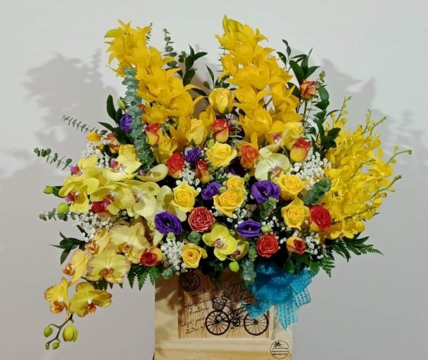 Hộp hoa tươi chúc mừng tone vàng tươi tắn - LDNK350