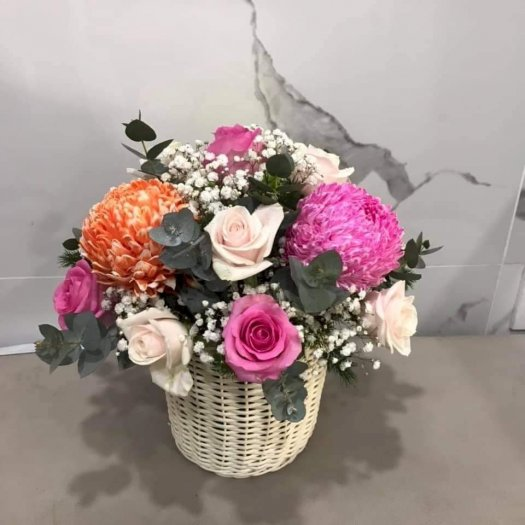Giỏ hoa tươi chúc mừng để bàn tone màu ấm áp - LDNK360
