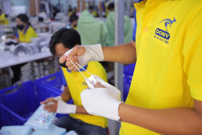 Công ty sản xuất khẩu trang vải kháng khuẩn - may in thêu logo thương hiệu - Dony Mask  - 09883257673