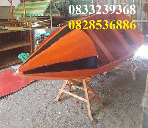 Thuyền gỗ dáng cano, trưng bày, chụp ảnh trên hồ3