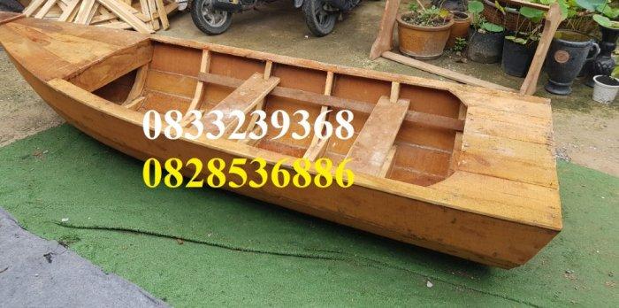 Thuyền gỗ dáng cano, trưng bày, chụp ảnh trên hồ2