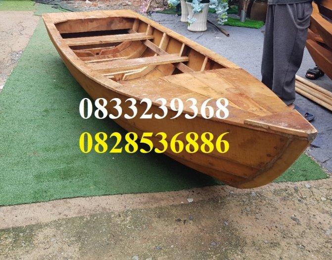 Thuyền gỗ dáng cano, trưng bày, chụp ảnh trên hồ1