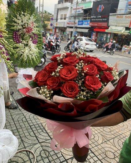 Bó hoa hồng đỏ phù hợp tặng bạn gái là chiến sĩ công an nhân ngày Thành lập Công an nhân dân 19/8