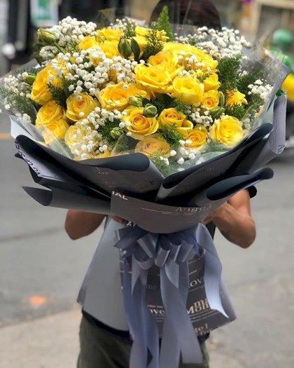 Bó hoa hồng vàng phù hợp dành tặng mẹ nhân ngày Thành lập Công an nhân dân 19/8
