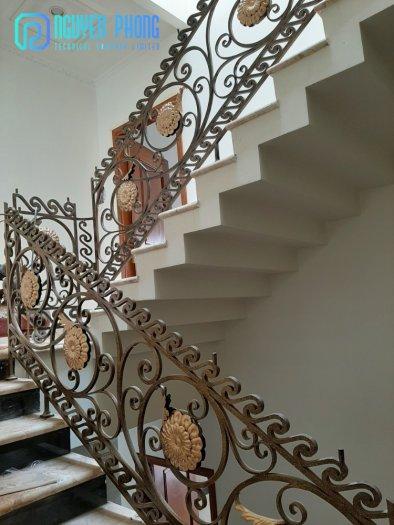 Những mẫu lan can cầu thang sắt uốn đẹp, mềm mại uyển chuyển cho biệt thự, nhà phố5