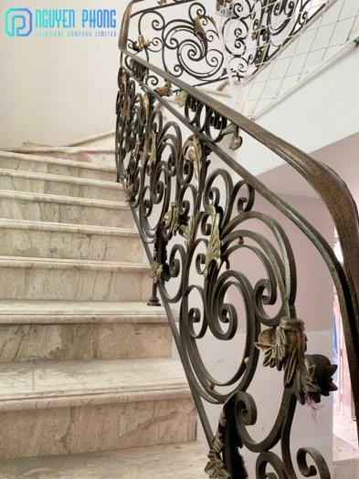 Những mẫu lan can cầu thang sắt uốn đẹp, mềm mại uyển chuyển cho biệt thự, nhà phố1