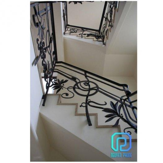 Cầu thang sắt mỹ thuật - lựa chọn hoàn hảo cho mọi gia đình2