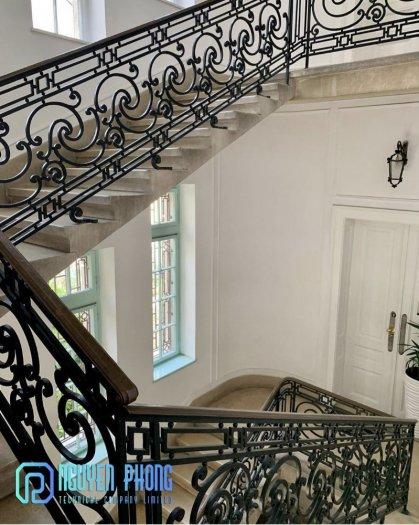 Báo giá mẫu cầu thang sắt cổ điển lộng lẫy cho biệt thự, công trình xây dựng cao cấp1