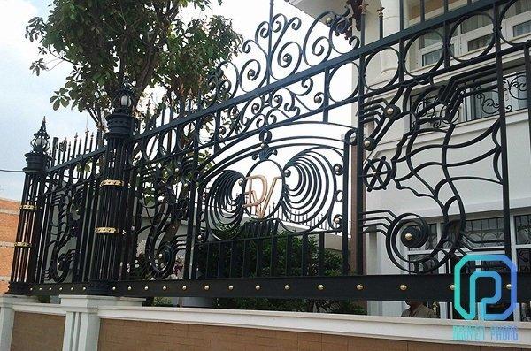 Làm sao để thiết kế thi công hàng rào biệt thự cổ điển sang trọng ấn tượng4