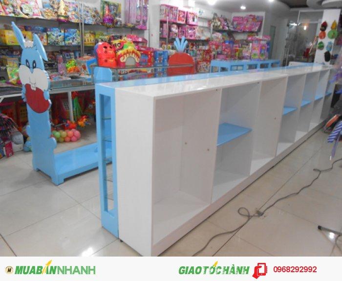 Tủ kệ trưng sản phẩm tại cửa hàng thời trang và đồ chơi trẻ em