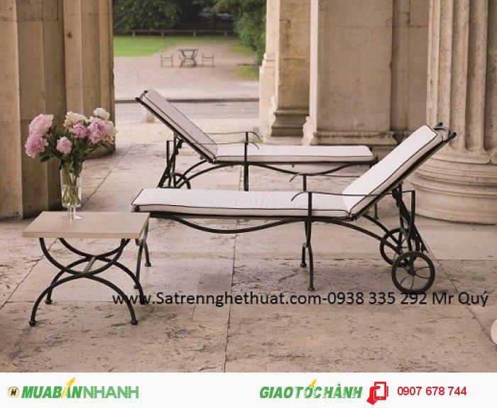 Không gian lãng mạn với những bộ bàn ghế sắt uốn mềm mại, hoa văn tinh tế, nhẹ nhàng.