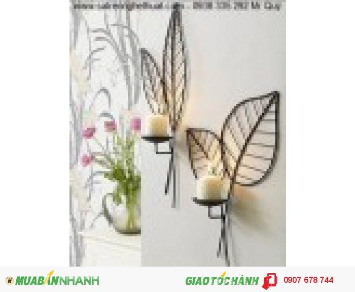 Những hoa văn để nến ốp tường sắt rèn trang trí được đặt trang trọng trên mảng tường trắng sẽ mang lại vẻ sống động cho ngôi nhà của bạn.2