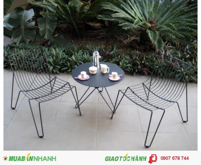Vậy nếu bạn muốn đầu tư cho quán cafe,  nhà hàng theo phong cách này với bàn ghế sắt mỹ thuật mà phù hợp với chi phí bạn có thể trang trải thì phải làm sao? Hiểu được nhu cầu của các khách hàng mua với số lượng lớn, bền đẹp và giá rẻ, Sắt rèn nghệ thuật Đông Ấn chúng tôi đã cho ra đời dòng sản phẩm mới, với thiết kế đơn giản nhưng vẫn đảm bảo tính mỹ thuật cao, đồng thời chắc chắn và giá cực rẻ.0