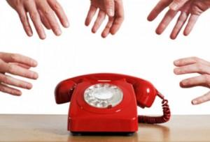 Nhân viên tư vấn khách hàng qua điện thoại