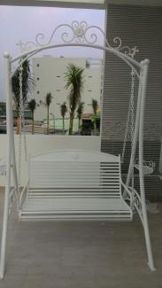 Xích đu sắt rèn nghệ thuật làm từ sắt đặc, uốn hoa văn thủ công. Kích Thước: D1300 x W1400 x H2200mm Kích Thước ghế ngồi: D550xW1000mm Trọng lượng: 83kg Tải Trọng 180 Kg Bảo hành 24 tháng