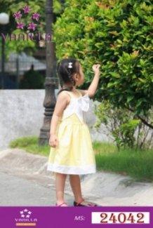 Đầm vàng trơn chân trắng