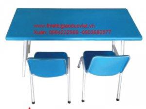 Bàn nhựa Compusit có kích thước dài 90cmx rộng 40cm x cao 50cm, chân bàn làm bằng sắt sơn tỉnh điện, có thể xếp lại rất gọn gàn,