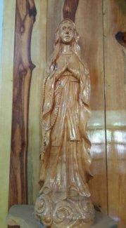 Tượng Mẹ Maria bằng gốc gỗ trai vàng.