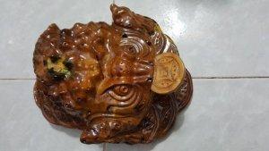 Tượng Cóc ngậm tiền phong thủy bằng gỗ xá xị thơm.