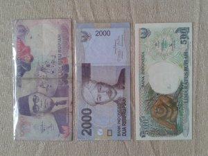 3 tờ tiền Indonesia. Như hình.