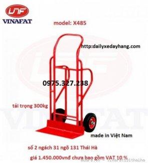 Xe được ứng dụng để chở hàng hóa, chở tiền Kiểu xe: xe đẩy tay 2 bánh Kích thước : 560 x 600 x 1350mm Cự ly sàn xe: 295mm Tải trọng: 300kg Trọng lượng 27kg