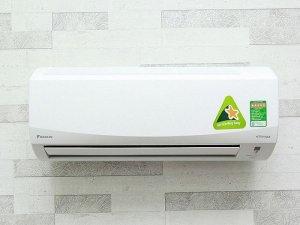 Máy lạnh Daikin FTKC35PVM:  Loại máy: Điều hoà 1 chiều,  Công suất làm lạnh (BTU): 12000 BTU,  Công suất tiêu thụ: 990 W (~0.71kW/h),  Phạm vi làm lạnh hiệu quả: Từ 15 - 20 m2 ( từ 40 đến 60 m3),  Công nghệ Inverter: Máy lạnh Inverter,  Loại Gas sử dụng: R-32.