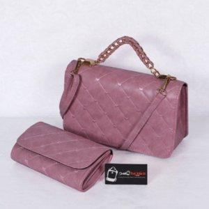 Bộ túi xách và ví thời trang WNTXV0415023 | Giá: 235,000 đồng | Loại: Túi xách | Chất liệu: Simili (Giả da) | Màu sắc: Hồng nhạt| Kiểu quai: Quai xách |Trọng lượng: 700 g | Kích thước: 27 x 17 cm (dài x rộng) | Đóng gói: 1 túi xách và 1 ví| Mô tả: Bộ túi xách và ví với kiểu dáng nhỏ gọn cực kì tiện dụng gồm 01 túi xách và 01 ví kèm theo tạo nên sự đồng bộ cho các bạn gái mỗi khi sử dụng. Sản phẩm có nhiều màu sắc như hồng, đỏ, kem.. khác nhau tha hồ cho chị em lựa chọn tùy theo cá tính. Thiết kế đơn giản nhưng tinh tế, được làm bởi chất liệu bền đẹp sẽ cho chiếc túi thêm xinh xắn và sành điệu.