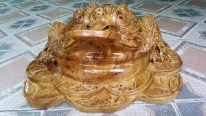 Tượng Linh vật Thiềm Thừ phong thủy bằng gỗ xá xị thơm.