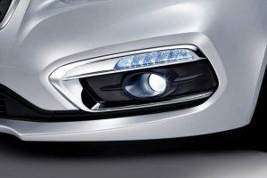 Cụm đèn gầm được thiết kế mới. Mang lại dáng vẻ sang trọng và hiện đại nhờ sự kết hợp của dãy đèn daylight dạng Led và đèn sương mù dạng thấu kính mạ chrome.