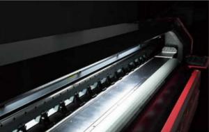 Máy in kỹ thuật số khổ lớn TAIMES T5   Mô tả: Khổ in: 3200mm (10.5ft). Độ phân giải: Độ phân giải 360DPI (Physical) và Độ phân giải 720DPI (Physical). Chế độ in - Tốc Độ (m2/h). Điểm cải tiến mới nhất của máy là phiên bản mới nâng cấp bên ngoài thiết bị, in ấn độ phân giải cao hơn nhiều và chắc chắn rằng máy hoạt động ổn định hơn, tiếp tục tối ưu hóa; thiết kế chuyên nghiệp của nhãn in màu PVC. Rõ ràng ghi nhãn trông thanh lịch và bền, lớp quạt hút góc lớn hơn, có thể biến góc theo góc của vật liệu, có thể đặt một khu vực thêm nhiều nguyên liệu dưới nóng lên và sấy mức 2000W mới cắt hệ thống sưởi ấm hồng ngoại (tùy chọn mục); các chai mực thải với hệ thống báo động tràn.