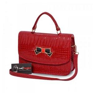Túi xách nơ hộp nhỏ WNTXV0815002| Giá: 154,000 đồng |Chất liệu: Simili vân da cá sấu | Màu sắc: Đỏ | Kiểu quai: Quai đeo chéo và quai xách | Trọng lượng: 400g | Kích thước: 24x17x7cm | Mô tả: Túi xách nơ vân cá sấu thanh lịch thiết kế dạng túi hộp, vân cá sấu sang trọng mang đến cho bạn gái một sản phẩm thật thời trang để phối cùng trang phục. Nắp gặp, quai xách cùng dây đeo chéo cho bạn thoải mái thay đổi phong cách tùy từng trường hợp. Chất liệu simili bền, màu sắc sang trọng, cá tính, bắt mắt. Bạn có thể phối cùng đầm xòe hay đầm body khi đi làm, dạo phố hay dự tiệc, và chắc chắn không thể thiếu đôi giày cao gót quyến rũ