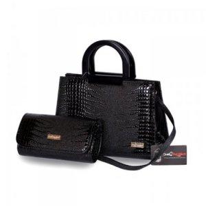 Túi xách bộ đôi(Quai nhựa) WNTXV0815001 | Giá: 253,000 đồng|Chất liệu: Simili vân da cá sấu|Màu sắc: đen | Loại: Túi xách| Kiểu quai: Quai đeo chéo | Trọng lượng: 800g | Kích thước: 20x28x12,21x12x5 cm | Mô tả: - Túi xách được tiết kế kiểu dáng hình chữ nhật với dây quai xách được làm bằng nhựa mềm cùng họa tiết giả vân da cá sấu đẹp mắt, thể nét thanh lịch và duyên dáng cho nữ giới. Ngoài ra, bộ sản phẩm còn có ví đựng tiền với thiết kế đồng bộ với túi xách, rất bắt mắt tạo nên phong cách riêng cho bạn. Túi xách này có thể phối hợp với nhiều loại trang phục khác nhau như quần jeans, giày, váy và sử dụng trong nhiều hoàn cảnh khác nhau như đi làm, đi chơi, dự tiệc giúp tôn lên sự trẻ trung và đầy duyên dáng của bạn.Bạn có thể dùng ví đựng tiền đi kèm, các giấy tờ tùy thân và một số đồ dùng cá nhân khác. Bạn có thể mang bên mình theo mọi lúc mọi nơi. Có thể nói túi xách là người bạn đồng hành không thể thiếu của mọi lứa tuổi. Sản phẩm được thiết kế tỉ mỉ và trau chuốt từng bộ phận từ túi xách cho đến ví tiền, tiện dụng hay đường chỉ khâu đẹp mắt, khéo léo, chắc chắn đến từng chi tiết.