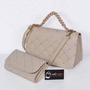 Bộ túi xách và ví thời trang WNTXV0415023 | Giá: 235,000 đồng | Loại: Túi xách | Chất liệu: Simili (Giả da) | Màu sắc: Kem| Kiểu quai: Quai xách |Trọng lượng: 700 g | Kích thước: 27 x 17 cm (dài x rộng) | Đóng gói: 1 túi xách và 1 ví| Mô tả: Bộ túi xách và ví với kiểu dáng nhỏ gọn cực kì tiện dụng gồm 01 túi xách và 01 ví kèm theo tạo nên sự đồng bộ cho các bạn gái mỗi khi sử dụng. Sản phẩm có nhiều màu sắc như hồng, đỏ, kem.. khác nhau tha hồ cho chị em lựa chọn tùy theo cá tính. Thiết kế đơn giản nhưng tinh tế, được làm bởi chất liệu bền đẹp sẽ cho chiếc túi thêm xinh xắn và sành điệu.