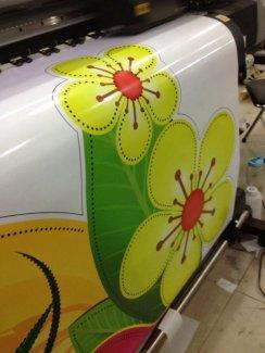 Đối với yêu cầu in ấn các sản phẩm kích thước nhỏ, yêu cầu cắt thành phẩm chi tiết như các họa tiết: hoa mai, hoa đào, biểu tượng năm Bính Thân, biểu tượng linh vật của năm – con khỉ,… chúng tôi thực hiện in trên máy in Mimaki khổ nhỏ, có chức năng vừa in vừa cắt; thực hiện thành phẩm chi tiết, sắc nét đến từng đường nét.