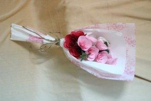 Hoa giấy cứng. Bó gồm 10 hoa được phối màu theo yêu cầu.