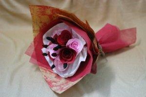 Kết hợp giữa hoa giấy cứng và hoa giấy nhúng. Phối màu theo yêu thích.