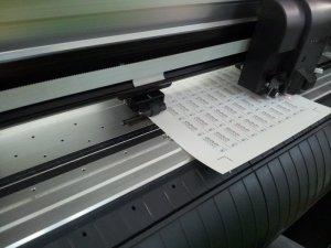 Máy bế Mimaki thực hiện bế thành phẩm in tem decal vỡ | Trực tiếp thực hiện tại In Kỹ Thuật Số