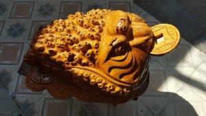 Tượng linh vật Cóc ngậm tiền phong thủy bằng gỗ xá xị thơm.