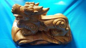 Tượng Tỳ Hưu phong thủy bằng gỗ xá xị thơm.