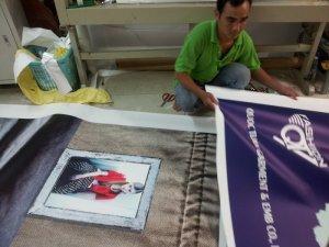 Phông nền PP trang trí cho shop thời trang được đặt in tại In Kỹ Thuật Số | Đội ngũ nhân viên gia công của In Kỹ Thuật Số thực hiện gia công ngay sau khi thành phẩm in PP được hoàn thành