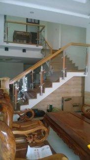 Cầu thang trụ inox bắt trên mặt, tay vịn gỗ vuông