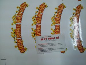 Máy bế Mimaki tại In Kỹ Thuật Số thực hiện bế chi tiết cho sticker Chúc mừng năm mới