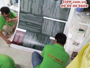 Nhân viên gia công In Kỹ Thuật Số thực hiện bồi format cho bảng thông tin bảo tàng - in PP mực nước, cán màng mờ, bồi format
