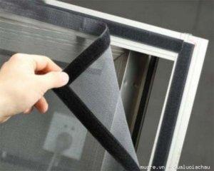 Lưới sợi thủy tinh băng móc dán lên khung cửa