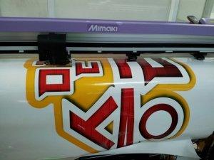 Máy bế Mimaki tại In Kỹ Thuật Số bế chi tiết hình ảnh decal PVC - bế theo chính xác đường viền