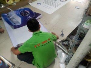Nhân viên In Kỹ Thuật Số gia công cuốn biên cho banner in trên chất liệu hiflex