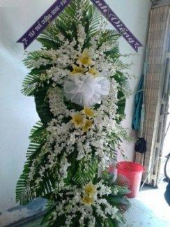 """Người xưa vẫn nói  """"nghĩa tử là nghĩa tận"""" nên khi có một người chết đi thì việc mang hoa đám tang, hoa đám ma đến phúng điếu là chuyện bình thường.         Tùy theo văn hóa từng vùng miền, có những nơi khi một người thân trong gia đình chết đi, người ta chỉ mong có nhiều hoa để thể hiện với dân làng, chòm xóm.                                Có những gia đình lại chẳng cần tiền, họ cần được an ủi bằng những vòng hoa. Có nhiều hoa là thể hiện có nhiều người yêu mến, thương tiếc hoặc thể hiện thanh danh của gia quyến. hoa đám tang, hoa tang lễ, hoa đám ma giao tất cả các quận huyện Kính mời quí vị bấm qua trang"""