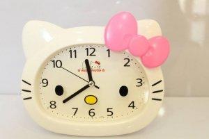 Đồng Hổ Để Bàn Hello Kitty có thắt  nơ dễ thương phù hơp làm quà tặng cho người thương yêu nhất !