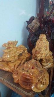 Bình gõ lũa ôm đá tự nhiên,tượng linh vật phong thủy bằng gỗ xá xị thơm.